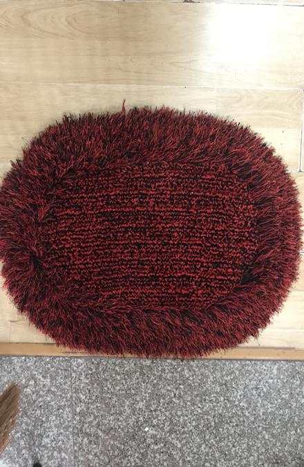 Thảm chùi chân lông xù màu đỏ đô